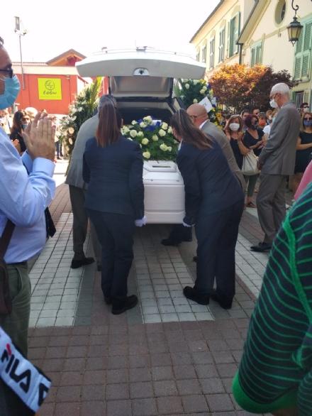 LA LOGGIA - I funerali di Emy tra fiori, lacrime e scarpette rosse anti violenza