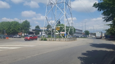 BEINASCO - Nuova rotonda al traliccio di via Risorgimento, sulla strada dove morì una ventenne