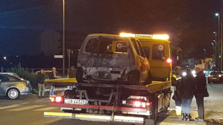 TROFARELLO - Auto prende fuoco mentre è ferma al semaforo. Paura in via Torino