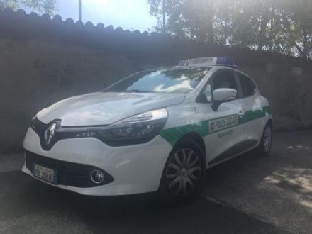 MONCALIERI - Si apre una buca in via San Vincenzo e un camion dei rifiuti resta bloccato