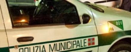 BEINASCO - Colpisce un motociclo e scappa: il centauro chiama la polizia locale