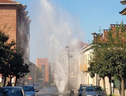 """TROFARELLO - Maxi guasto alla tubazione dellacqua potabile: """"Geyser"""" alto diversi metri"""