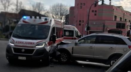 NICHELINO - Non sente la sirena dellambulanza e provoca un incidente: due feriti