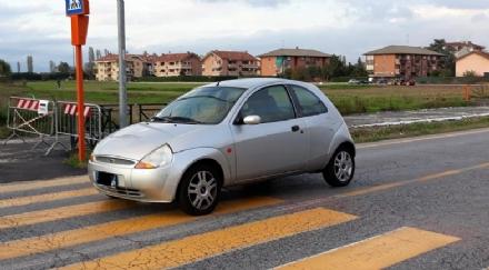 VINOVO - Paura davanti allelementare di Garino: anziano in auto investe una donna