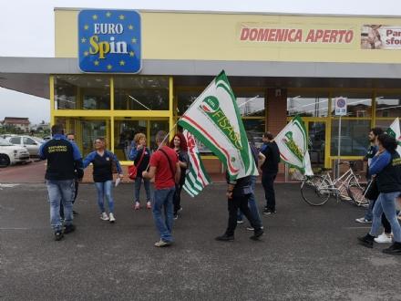 ORBASSANO - Sciopero dei dipendenti Eurospin contro il trasferimento del collega