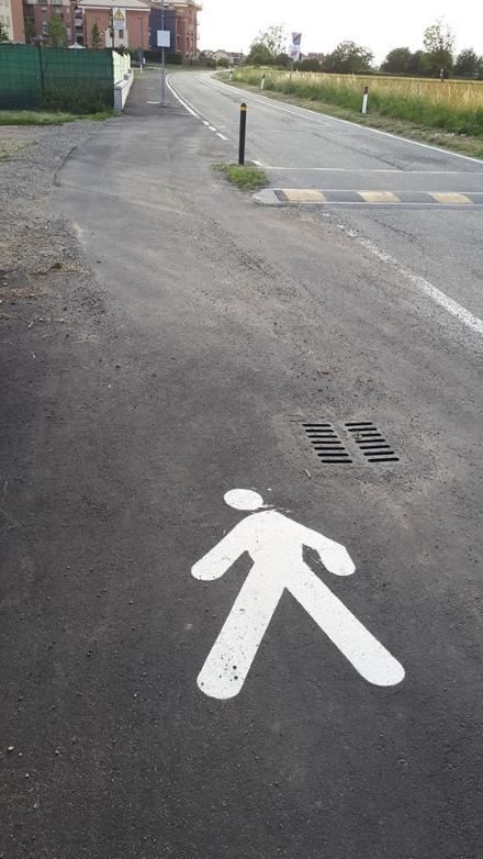RIVALTA - Auto sulla pista ciclabile per aggirare il dosso: a Gerbole monta la protesta