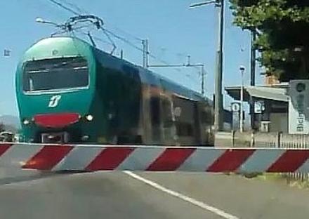 NICHELINO - Caos al passaggio a livello di via Torino per una barriera abbattuta