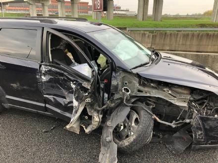 BEINASCO - Incidente in tangenziale, ferito il conducente di un camioncino dei rifiuti