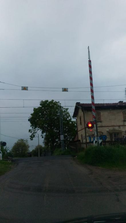 TROFARELLO - Nuovo caos per un guasto al passaggio a livello: le sbarre restano alzate