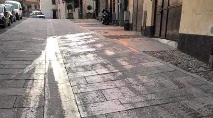 RIVALTA - Strada invasa dallolio: cade un bimbo, la gente chiama i carabinieri