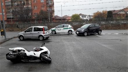 NICHELINO - Senza patente si scontra con uno scooter: denunciato dai vigili