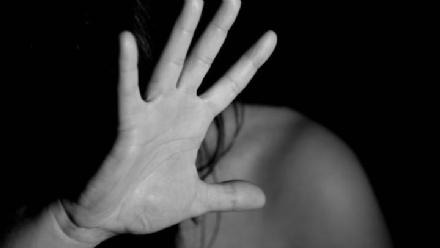 CARMAGNOLA - Pesta la madre e le devasta casa: arrestato