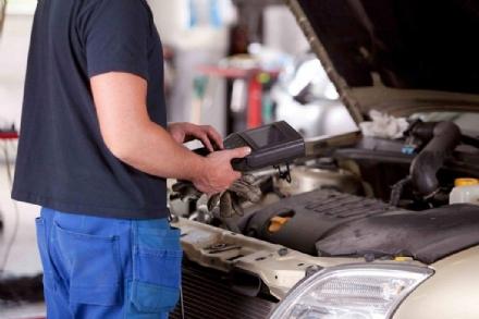 RIVALTA - Revisioni alle auto mai fatte: giovane meccanico nei guai