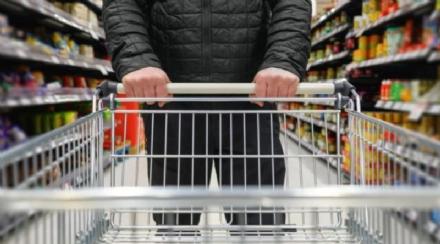 VIRUS - Il grido di allarme degli addetti ai supermercati: Serve lobbligo della mascherina anche ai clienti