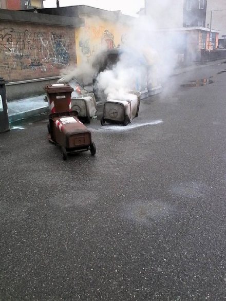 NICHELINO - Danno fuoco ai bidoni della spazzatura con taniche di gasolio