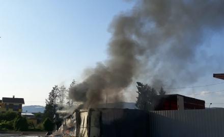 TROFARELLO - Bruciano due container in via Sabbioni: nuvola nera sulla città
