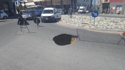 MONCALIERI - Maxi voragine alla rotatoria tra strada Carignano e via Pastrengo