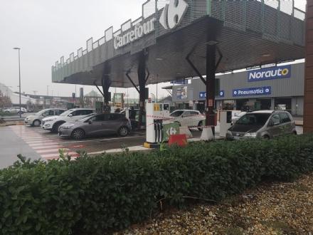 NICHELINO - Forzata la colonnina del distributore al Carrefour: bottino da quantificare