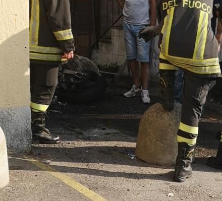 MONCALIERI - A fuoco una moto in via Pastrengo: colonna di fumo visibile a distanza