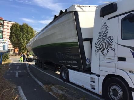 NICHELINO - Camion rischia di perdere il carico in via XXV Aprile. Disagi in zona Debouchè