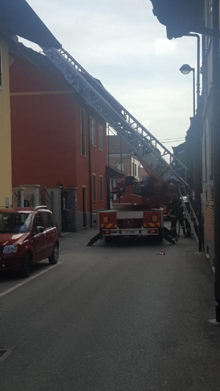 BEINASCO - Prende fuoco un tetto, paura in via Dei Villini