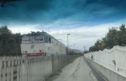 CANDIOLO - Treni con merce pericolosa fermi a lungo davanti alle case: lira del sindaco