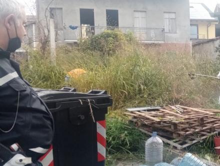 MONCALIERI - Un cortile da accumulatore seriale: Comune e polizia locale lo sgomberano