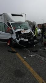 MONCALIERI - Brutto incidente in tangenziale: furgone si schianta contro un camion - FOTO - immagine 1