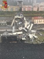 TRAGEDIA A GENOVA - CROLLA PONTE AUTOSTRADA: «CI SONO DEI MORTI» - FOTO e VIDEO - immagine 1
