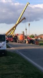 CARIGNANO - Incidente stradale: cisterna del latte si ribalta fuori strada - immagine 1