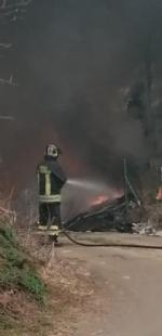 NICHELINO - Incendio di rifiuti sotto il cavalcavia della tangenziale: il fumo invade la strada - immagine 1