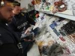 MONCALIERI - Pietre preziose farlocche vendute per buone: maxi sequestro della finanza in città - FOTO - immagine 1