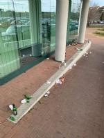 MONCALIERI - Rifiuti e sporcizia davanti alla sede asl: ripulisce un consigliere comunale - immagine 1