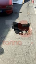 TROFARELLO - Si apre una buca su via Torino e unauto sprofonda - immagine 1