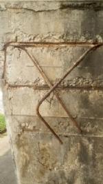 MONCALIERI - Vetri rotti abbandonati e pilastri del ponte rovinati: lallarme di Borgo Mercato - immagine 1