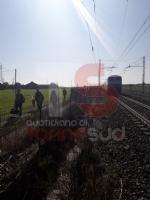 CARMAGNOLA - Esce di strada e invade la ferrovia poco prima che passi il treno e travolga tutto - immagine 1