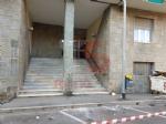 NICHELINO - Cedono i davanzali di un palazzo, auto rovinate e strada chiusa - immagine 1