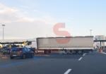 TROFARELLO - Camion sbaglia manovra e resta di traverso di fronte al casello - immagine 1