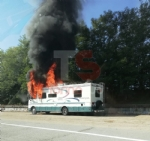 LA LOGGIA - Camper prende fuoco durante la marcia: conducente in salvo - FOTO - immagine 1