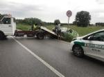 NICHELINO - Auto finisce fuori strada sulla provinciale 143 e si ribalta - immagine 1