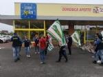 ORBASSANO - Sciopero dei dipendenti Eurospin contro il trasferimento del collega - immagine 1