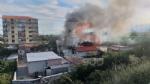NICHELINO - Incendio devasta il tetto di uno stabile in via XXV Aprile: intervento dei vigili del fuoco - immagine 1