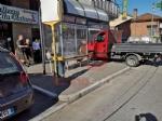 NICHELINO - Uno sciame di api invade la fermata del bus: passeggeri in fuga per evitare punture - FOTO - immagine 2
