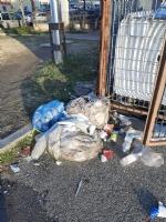 MONCALIERI - Rifiuti e sporcizia davanti alla sede asl: ripulisce un consigliere comunale - immagine 2