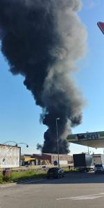 INCENDIO IN AZIENDA A SETTIMO - Enorme colonna di fumo nero su tutta Torino - FOTO - immagine 2