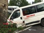 PIOSSASCO - Scuolabus va a sbattere contro un muro: due bambini feriti - FOTO - immagine 3