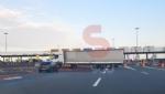 TROFARELLO - Camion sbaglia manovra e resta di traverso di fronte al casello - immagine 2