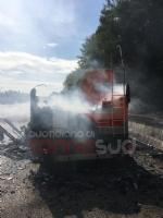 LA LOGGIA - Camper prende fuoco durante la marcia: conducente in salvo - FOTO - immagine 2