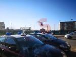 DRAMMA A CARMAGNOLA - AUTO FINISCE DENTRO LA PENSILINA DEL BUS, DONNA GRAVEMENTE FERITA - FOTO - immagine 3