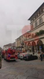 MONCALIERI - Scoppia un incendio in pieno centro, traffico bloccato - FOTO - immagine 3